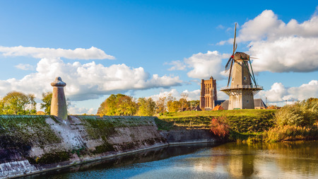Foto de Colorful panoramic view of the Dutch fortress town Woudrichem in the province of Noord-Brabant on a sunny day in the fall season. Three national monuments are simultaneously visible in this image. - Imagen libre de derechos