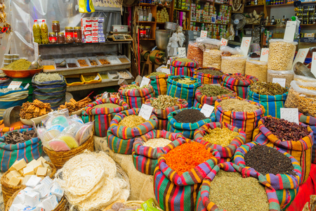 Foto de ACRE, ISRAEL - SEPTEMBER 18, 2017: Various spices in colorful sacks and other products on sale in the market, in Acre (Akko), Israel - Imagen libre de derechos
