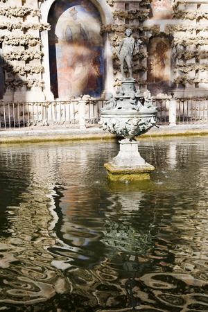 Photo pour Fountain in the Real Alcazares de Sevilla, Spain - image libre de droit