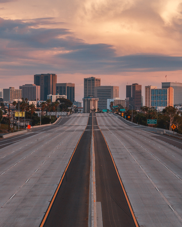 Photo pour Vertical view of San Diego, California, USA Skyline with empty freeway in foreground. The 5 freeway travels most of the coast of the western united states and starts in San Diego before heading into Mexico. - image libre de droit
