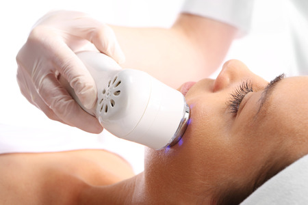 Photo pour Sloping oval of the face  Ultrasound beauty treatment - image libre de droit