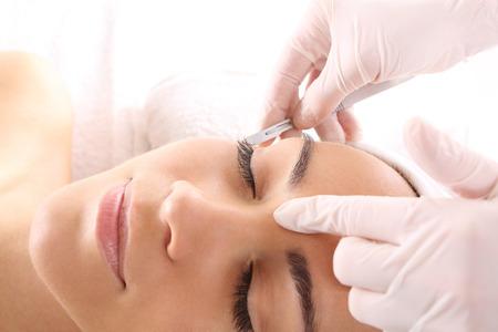 Photo pour Caucasian woman during surgery using a scalpel - image libre de droit