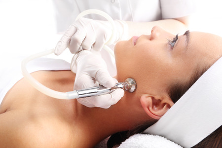 Photo pour Relaxed woman during a microdermabrasion treatment in beauty salon - image libre de droit