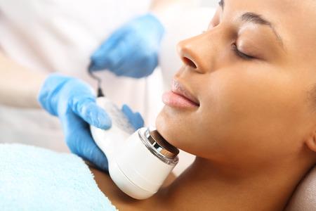 Photo pour Ultrasound infrared light cosmetic treatment for the face Ultradzwieki swiatlo podczerwone , zabieg kosmetyczny na twarz Fot. Robert Przybysz / FORUM - image libre de droit