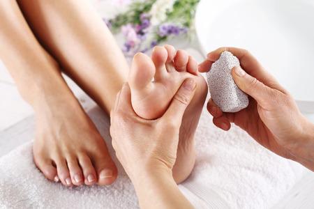 Foto de Peeling feet pedicure treatment. Foot care treatment and nail, the woman at the beautician for pedicure. - Imagen libre de derechos