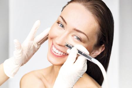 Photo pour The woman at the beautician, microdermabrasion - image libre de droit