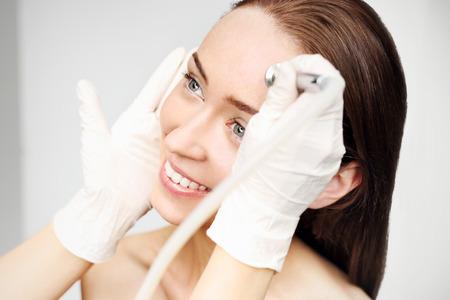 Photo pour Beauty salon, microdermabrasion - image libre de droit