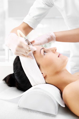 Photo pour Smoothing the skin, microdermabrasion diamond. Relaxed woman during a microdermabrasion treatment in beauty salon - image libre de droit
