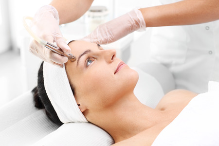 Photo pour Diamond microdermabrasion beauty salon, microdermabrasion - image libre de droit