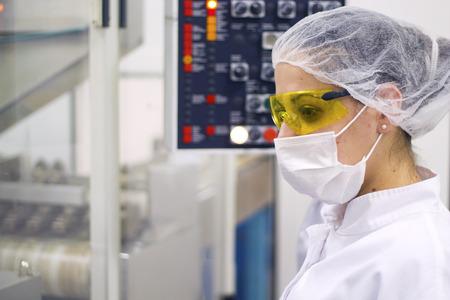Photo pour Woman Operating The Control Panel. Pharmaceutical Manufacturing - image libre de droit