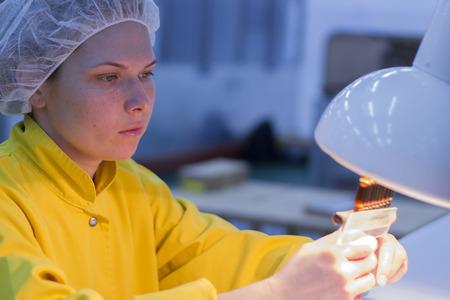 Foto de Female Quality Control Lab Technologist Holding Ampoules - Imagen libre de derechos