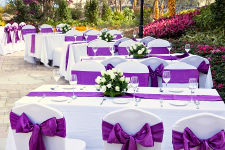 Foto de outdoor tables with served plates and wine glasses in the garden - Imagen libre de derechos