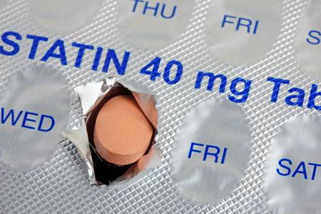 Foto de A statin tablet emerging from  a  marked weekly blister pack - Imagen libre de derechos