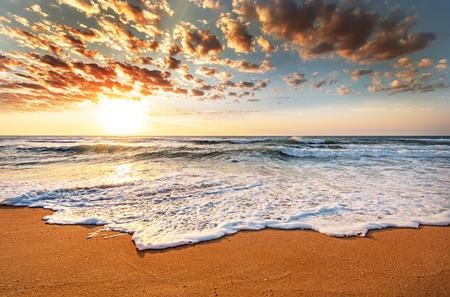 Photo pour Brilliant ocean beach sunrise. - image libre de droit