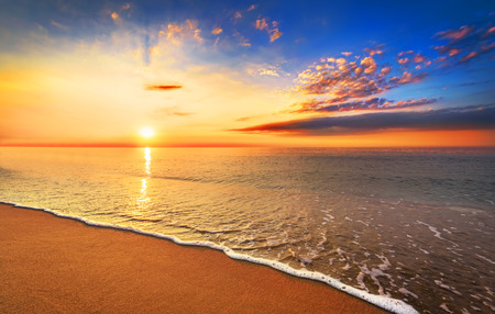 Foto de Beautiful tropical sunrise on the beach. - Imagen libre de derechos