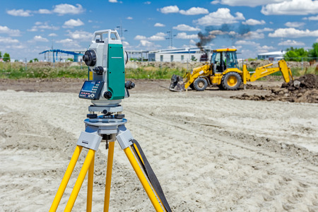 Foto de Surveyor engineer is measuring level on construction site. Surveyors ensure precise measurements before undertaking large construction projects. - Imagen libre de derechos