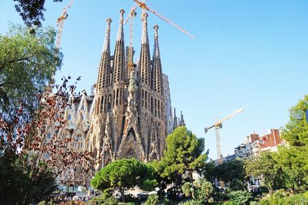 Foto de Solar Barcelona. Cathedral of the Holy Family on a sunny day. Gaudi Park in the center of Barcelona. - Imagen libre de derechos