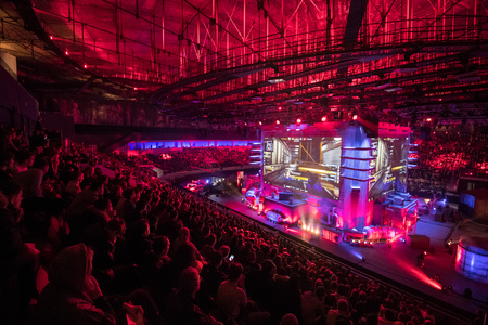 Photo pour SAINT PETERSBURG, RUSSIA - OCTOBER 28 2017: EPICENTER Counter Strike: Global Offensive cyber sport event. Main venue and the big screens at the center of the stage full of fans - image libre de droit