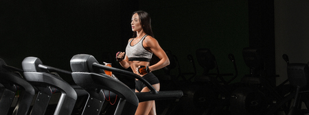 Foto per Pretty girl working out in a treadmill at the gym - Immagine Royalty Free