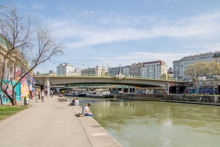 Foto de Danube Canal promenade in spring in Vienna, Austria - Imagen libre de derechos