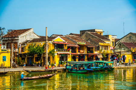 Photo pour HOI AN, VIETNAM - FEBRUARY 5, 2015: Traditional boats in Hoi An. Hoi An is the World's Cultural heritage site, famous for mixed cultures & architecture. - image libre de droit