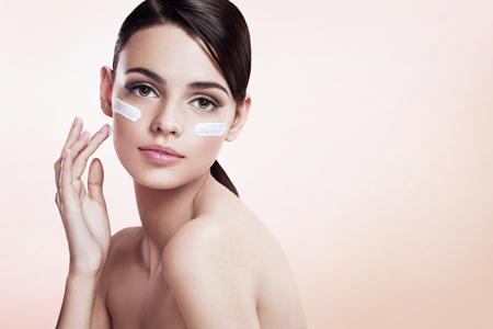 Photo pour Skin care lady putting face cream - image libre de droit