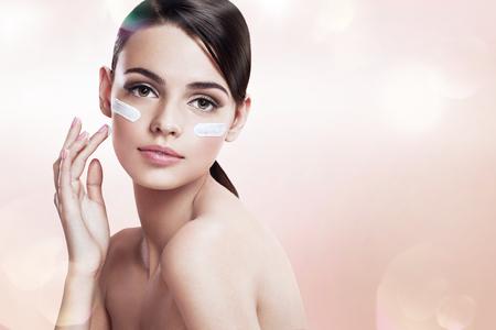 Photo pour Skin care teenage girl putting face cream - image libre de droit