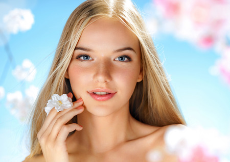 Photo pour Beautiful girl with spring flowers. Beauty & Skin care. Spring. - image libre de droit