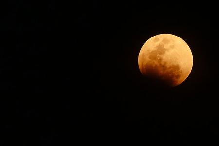 Foto de bloody red moon, total Lunar eclipse as seen from Bangkok, Thailand. - Imagen libre de derechos