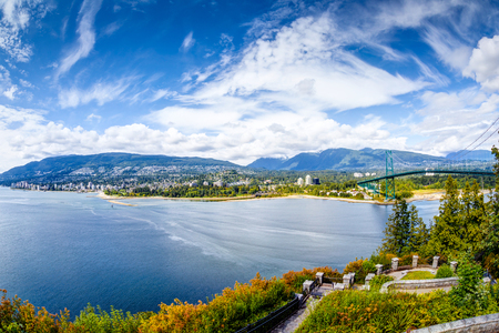 Foto de Vancouver skyline panorama taken at Prospect Point, Stanley Park, showing Lions Gate Bridge on right and West Vancouver on the left. Prospect Point is located on the south side of the First Narrows of Burrard Inlet - Imagen libre de derechos