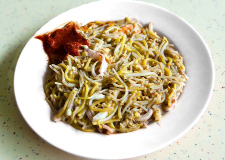 Foto de Singapore Hokkien mee is a popular local cuisine in Malaysia and Singapore that has its origins in the China's Fujian province. The dish consists of egg noodles and rice noodles stir-fried with prawns, calamari, eggs, pork and served with sambal chilli an - Imagen libre de derechos