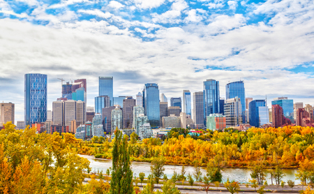Foto de Calgary downtown skyline during Fall or Autumn colors with Bow River surrounding the financial district and its skyscrapers. As viewed from Sunnyside Bank Park at Crescent Heights. - Imagen libre de derechos