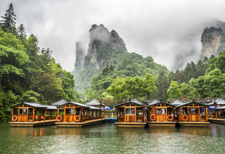 Photo pour Baofeng Lake Boat Trip in a rainy day with clouds and mist at Wulingyuan, Zhangjiajie National Forest Park, Hunan Province, China, Asia - image libre de droit