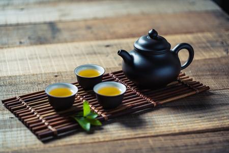Photo pour tea cup and teapot on wood plank - image libre de droit