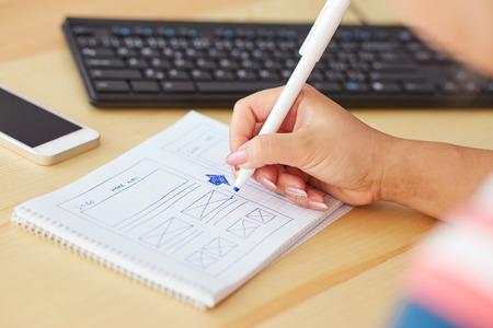 Foto de Woman sketching on paper design new website - Imagen libre de derechos