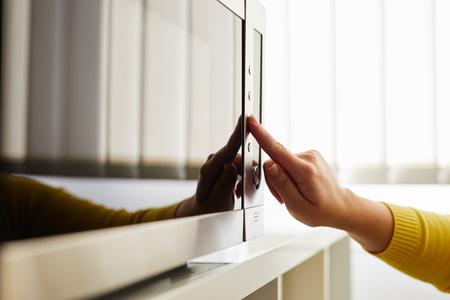 Foto de Woman using a microwave in the office - Imagen libre de derechos