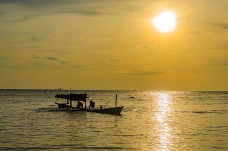 Foto de Golden Sunset over Sea, Sihanoukville, Cambodia Southeast Asia - Imagen libre de derechos