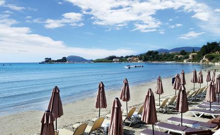 Foto de Umbrellas and sundecks on Laganas beach in Zakynthos island, Greece - Imagen libre de derechos
