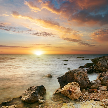 Photo pour Sea and stone at the sunset. Nature composition.  - image libre de droit