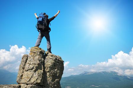 Foto de Man on peak of mountain. Emotional scene. - Imagen libre de derechos
