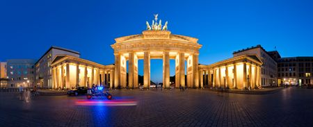 Foto de Berlin Germany Panorama Brandenburg Gate at night - Imagen libre de derechos