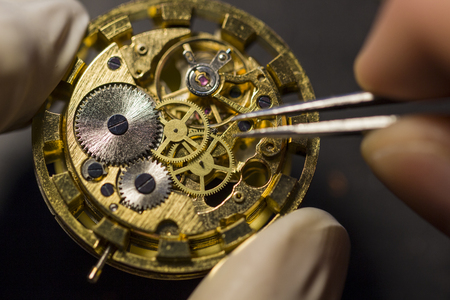 Foto de Watchmaker is repairing the mechanical watches in his workshop - Imagen libre de derechos