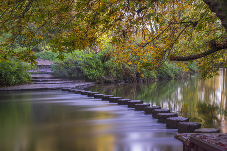 Photo pour Stepping Stones over the river Mole at the foot of Box Hill, Surrey, UK - image libre de droit