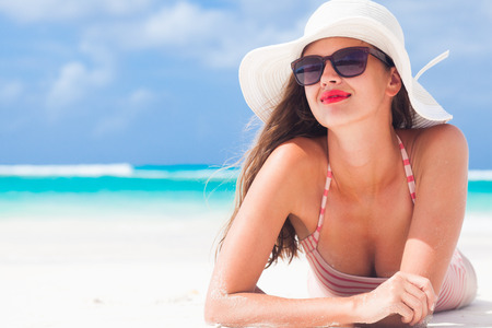 Foto de long haired girl in bikini and straw hat on tropical caribbean beach - Imagen libre de derechos