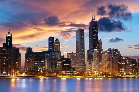 Foto de Chicago Skyline. Chicago downtown skyline at dusk. - Imagen libre de derechos