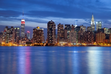 Foto de Manhattan Skyline. Image of the Manhattan skyline viewed from Queens at twilight. - Imagen libre de derechos