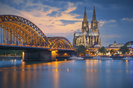 Foto de Cologne Germany. Image of Cologne with Cologne Cathedral and Hohenzollern bridge across the Rhine River. - Imagen libre de derechos