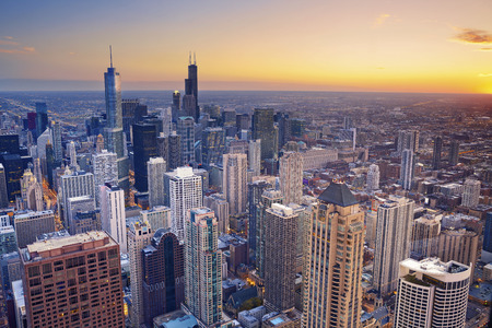 Foto de Chicago. Aerial view of Chicago downtown at twilight from high above. - Imagen libre de derechos