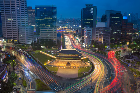 Foto de Seoul. Image of Seoul downtown with Sungnyemun Gate during twilight blue hour. - Imagen libre de derechos