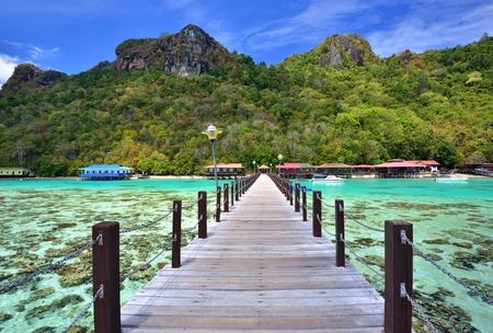Foto de Long wooden pier heading toward Bohey Dulang Island in Sabah Borneo Malaysia. - Imagen libre de derechos